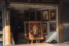 額縁屋の店頭にあった非常にポピュラーなラマ9世の肖像画