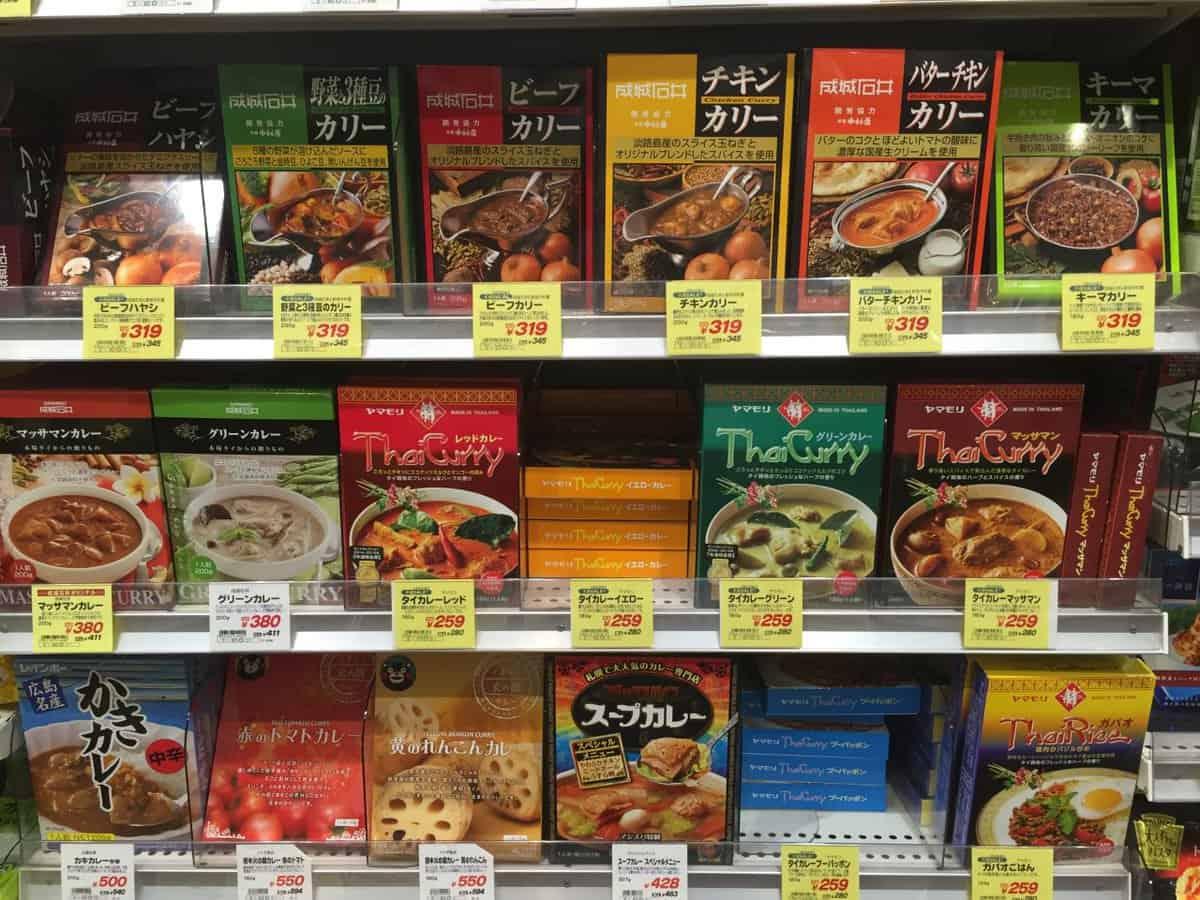 スーパーマーケット成城石井で見かけた「グルーンカレー」と「レッドカラー」そして「マッサマンカレーの素
